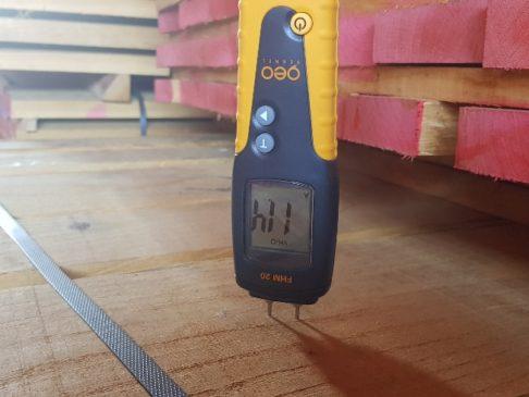 besäumtes Eichenschnittholz mit Feuchtigkeitsmessgerät - edged oak lumber humiditymeter KD - imperius woodtrading